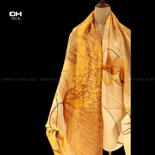 khan-lua-to-tam-ve-tay-thuy-an-nghe-thuat-hoa-sen-cat-tuong-Dong-Huong-Silk-5